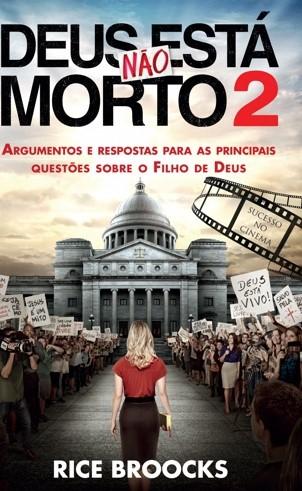 mulher loira de blusa vermelha caminhando rumo à igreja e muitas pessoas com cartazes - capa do filme