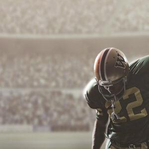 imagem de jogador camisa 22 saindo do campo com braço levando para o céu