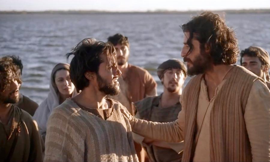 Imagem de homens da Bíblia na beira do rio conversando